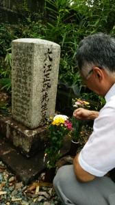第十七代大江正路墓前にて